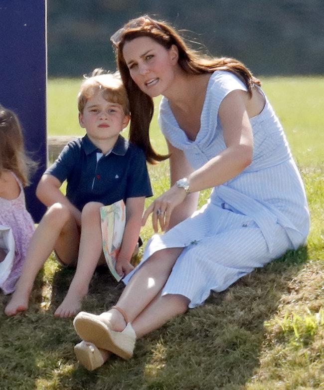 Herzogin Kate wird für Erziehung kritisiert –wegen Bildern von Prinz George