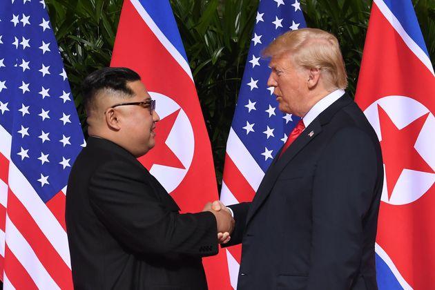 김정은과 트럼프가 역사적인 악수를