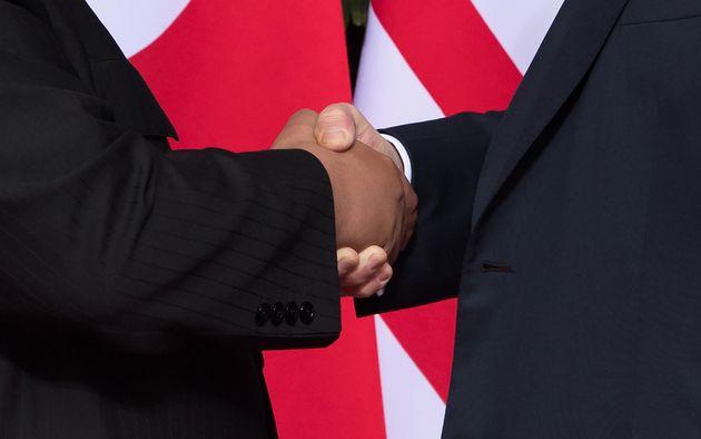 김정은-도널드 트럼프 악수, 다른 '트럼프 악수'와