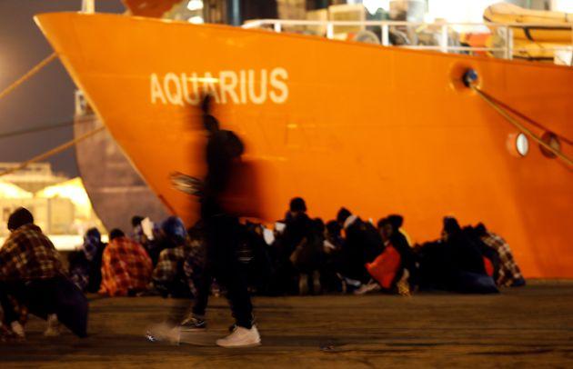 Με ιταλικά πλοία θα μεταβούν οι πρόσφυγες του Aquarius στην