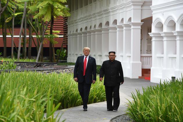 회담을 마친 트럼프 대통령이 김정은 위원장에게 보여준