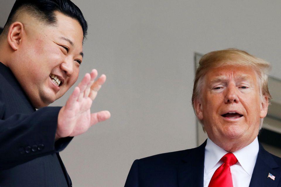 Ο αμήχανος Κιμ Γιονγκ ουν, ο ενθουσιώδης Τραμπ, οι χειραψίες, οι ατάκες και ένα λουκούλειο γεύμα για