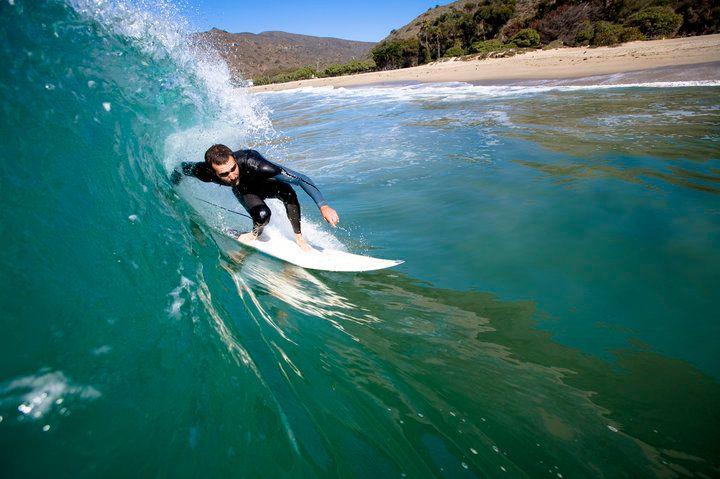 말리부에서 서핑을 하고 있다
