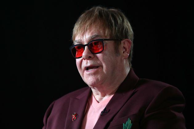 Ο Elton John ζητά από τους fans να μποϊκοτάρουν τα social media με στόχο την αντιμετώπιση ομοφοβικών