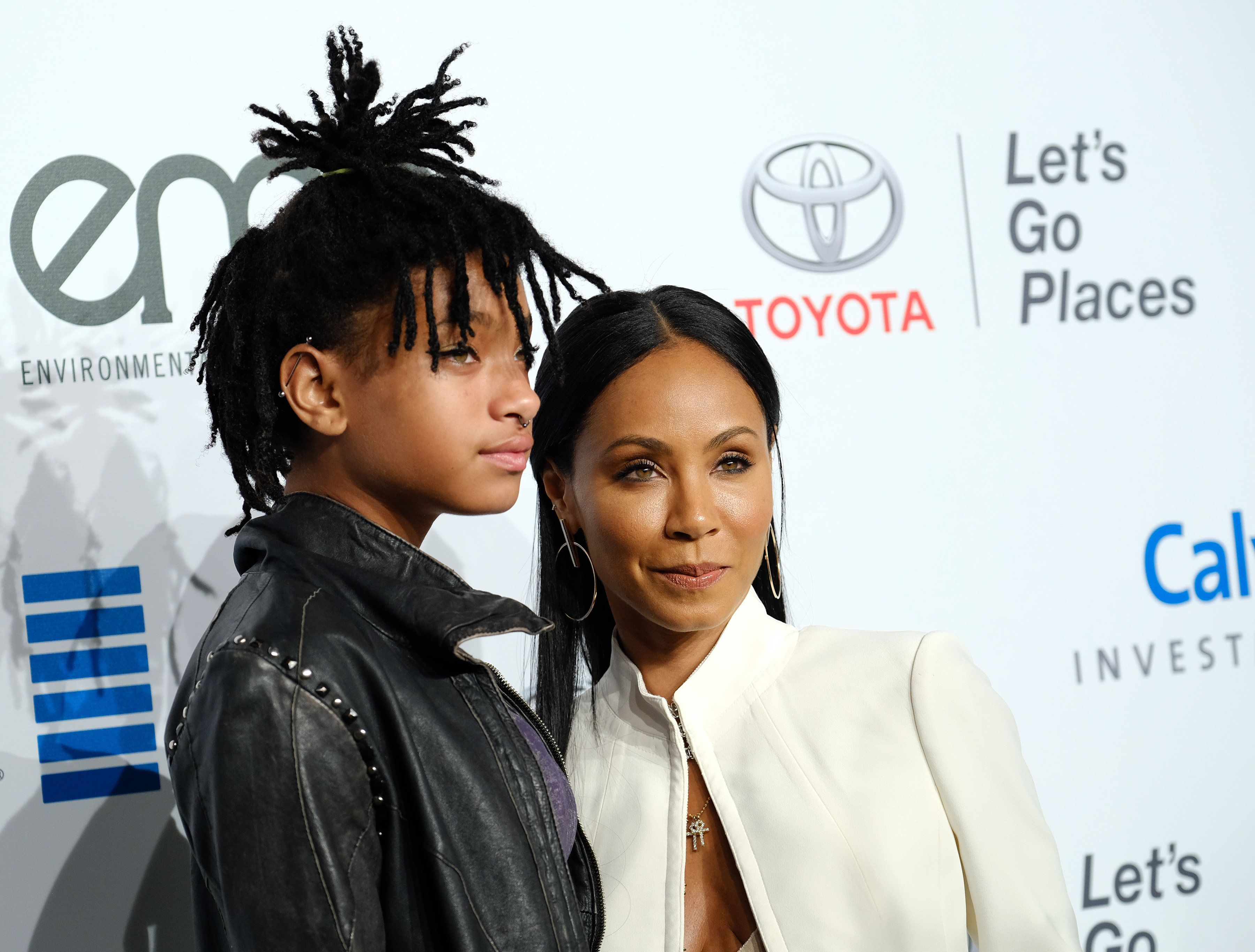 Jada Pinkett-Smith and Willow Smith attend the 26th annual EMA awards at Warner Bros studio lot in Burbank, on October 22, 2016. / AFP / CHRIS DELMAS        (Photo credit should read CHRIS DELMAS/AFP/Getty Images)