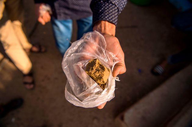 Un fermier montre un morceau de résine de cannabis (haschich) près de Ketama, dans le Rif,...