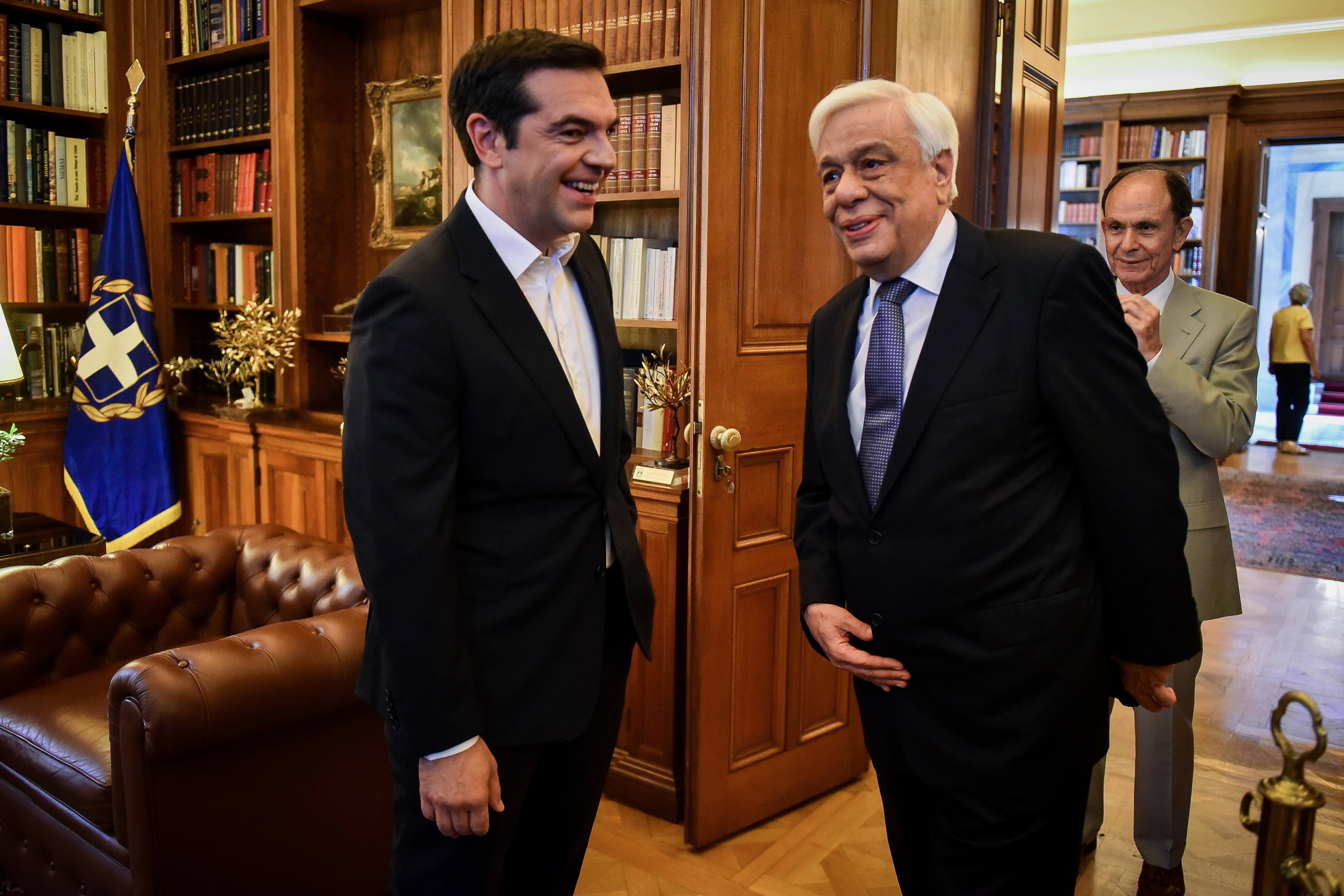 Τσίπρας στον Παυλόπουλο: Υπάρχει συμφωνία για σύνθετη ονομασία με γεωγραφικό προσδιορισμό