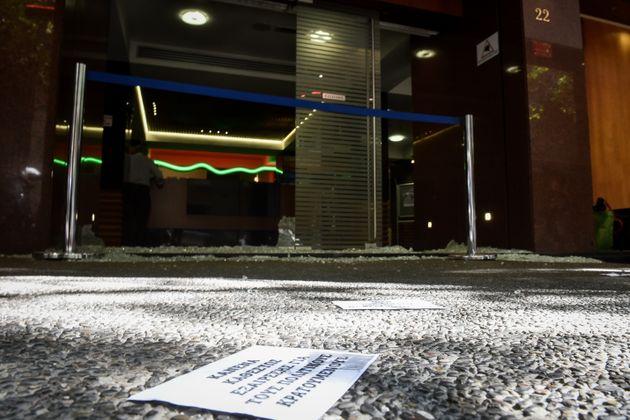Επίθεση κουκουλοφόρων με σφυριά στην Ελληνοαμερικάνικη Ένωση στο Κολωνάκι. Δύο οι