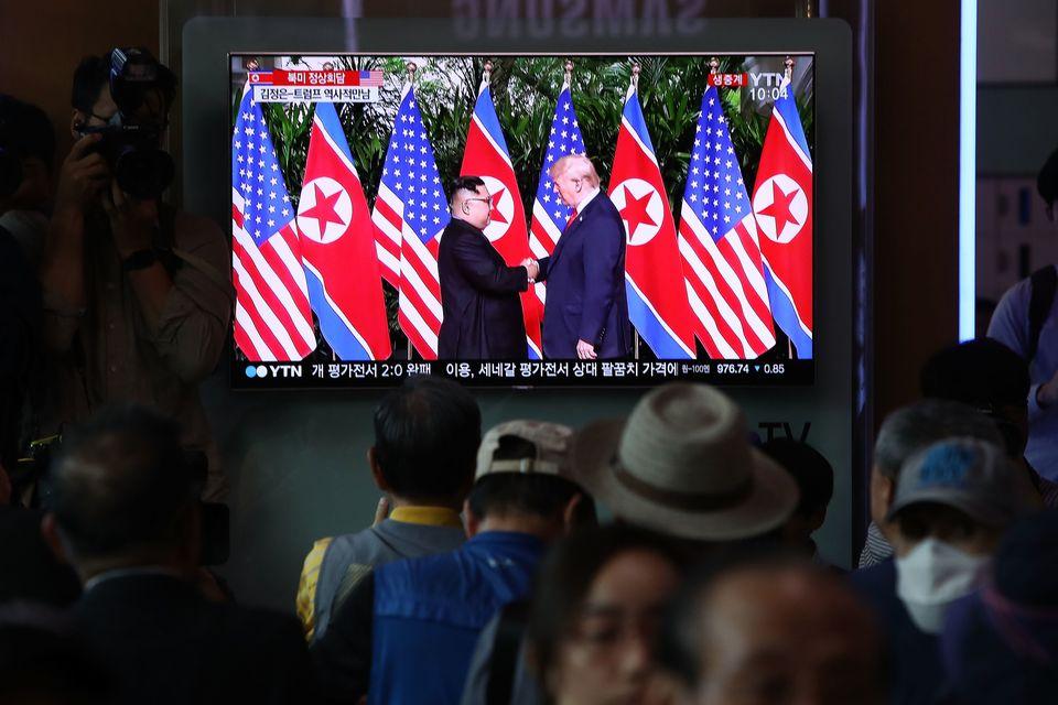 Südkoreaner in Seoul schauen die Berichterstattung zum Gipfel