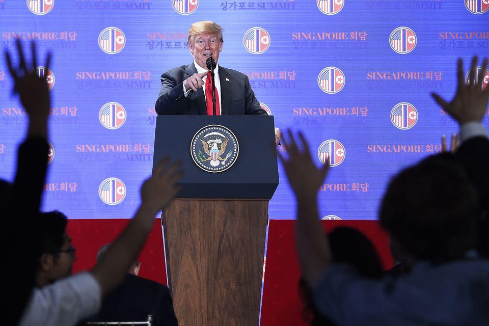 Trump beantwortet Fragen von Journalisten nach dem Treffen mit