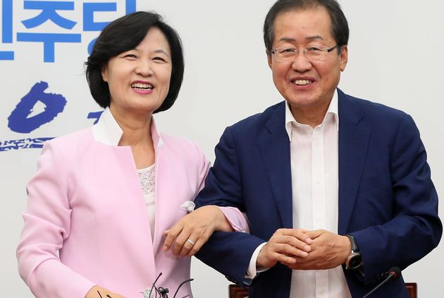 추미애 더불어민주당 대표가 서울 여의도 국회 당대표실을 찾은 자유한국당 홍준표 대표와 화합의 팔짱을 끼고 있다.