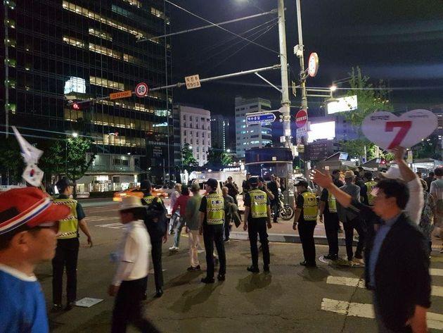 12일 밤 9시 10분께 서울 중구 대한문 앞에서 경찰이 대한애국당 지지자들을 서울 시청 앞 광장으로 안내하고