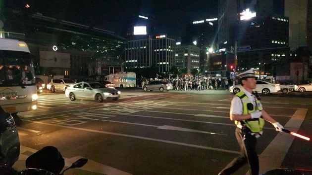 자유한국당 최종유세가 열린 서울 중구 대한문 앞에서 경찰이 대한애국당 지지자들이 따로 시청 앞 서울 광장에 집결할 수 있도록 안내하고