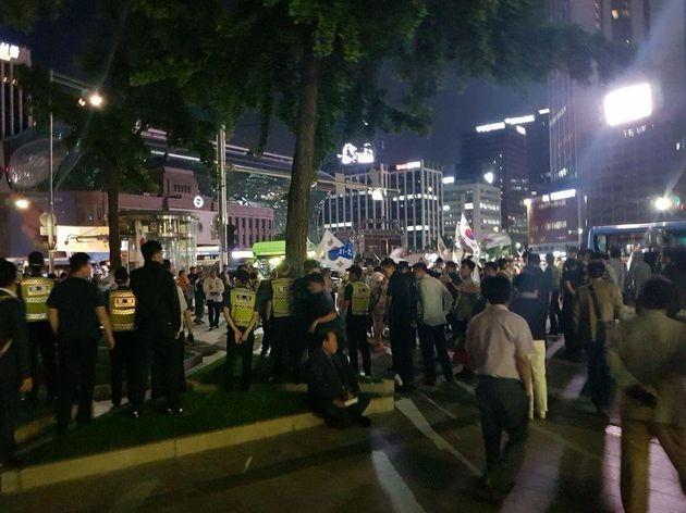 자유한국당의 최종유세가 열린 서울 중구 대한문 앞에서 경찰이 대한애국당 지지자들과의 혹시 모를 충돌에 대비해 두 줄로 서