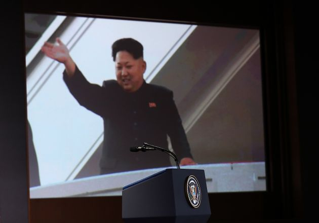 도널드 트럼프가 김정은에게 아이패드로 보여준