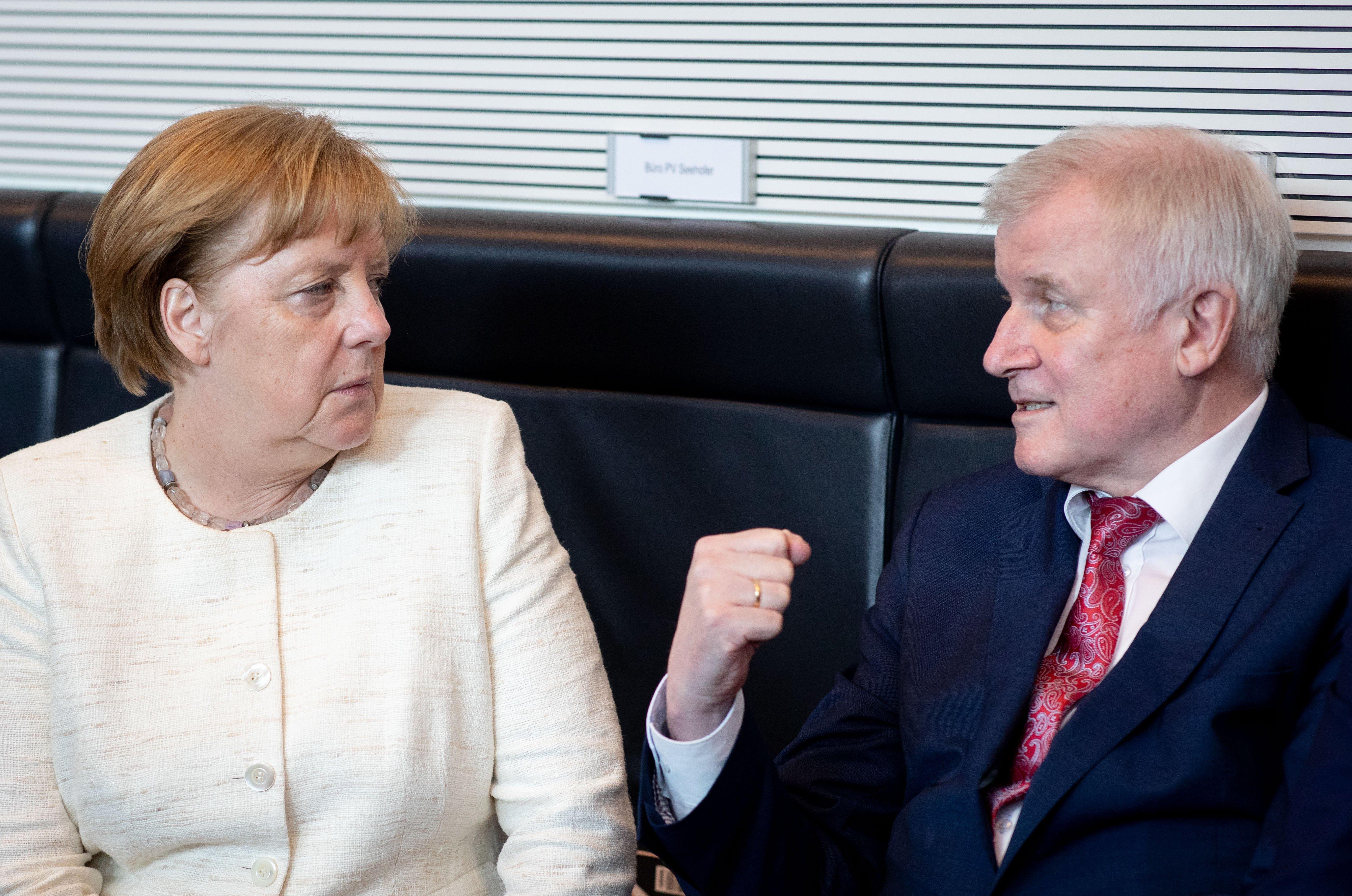POLITIK CSU droht mit Alleingang im deutschen Asylstreit INTERNATIONAL