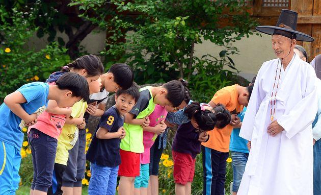 2014년 6월 4일, 양지서당에 다니는 아이들이 훈장 가족들에게