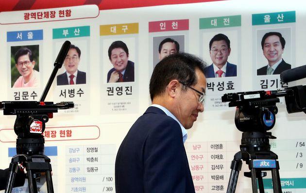 출구조사 결과를 확인한 자유한국당 지도부의