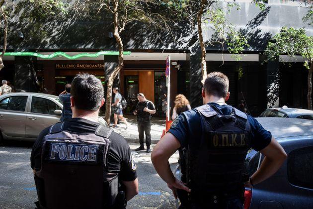 Έρευνα της ΕΛ.ΑΣ. στο σπίτι της 23χρονης που συνελήφθη για την επίθεση στην Ελληνοαμερικάνικη