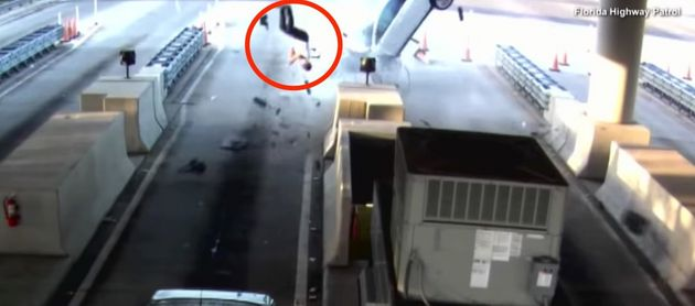 플로리다 남자가 충돌하는 차량 밖으로 날아가는 장면이