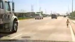 Spektakuläre Rettung: Einjähriger rennt auf Autobahn, Polizist rettet
