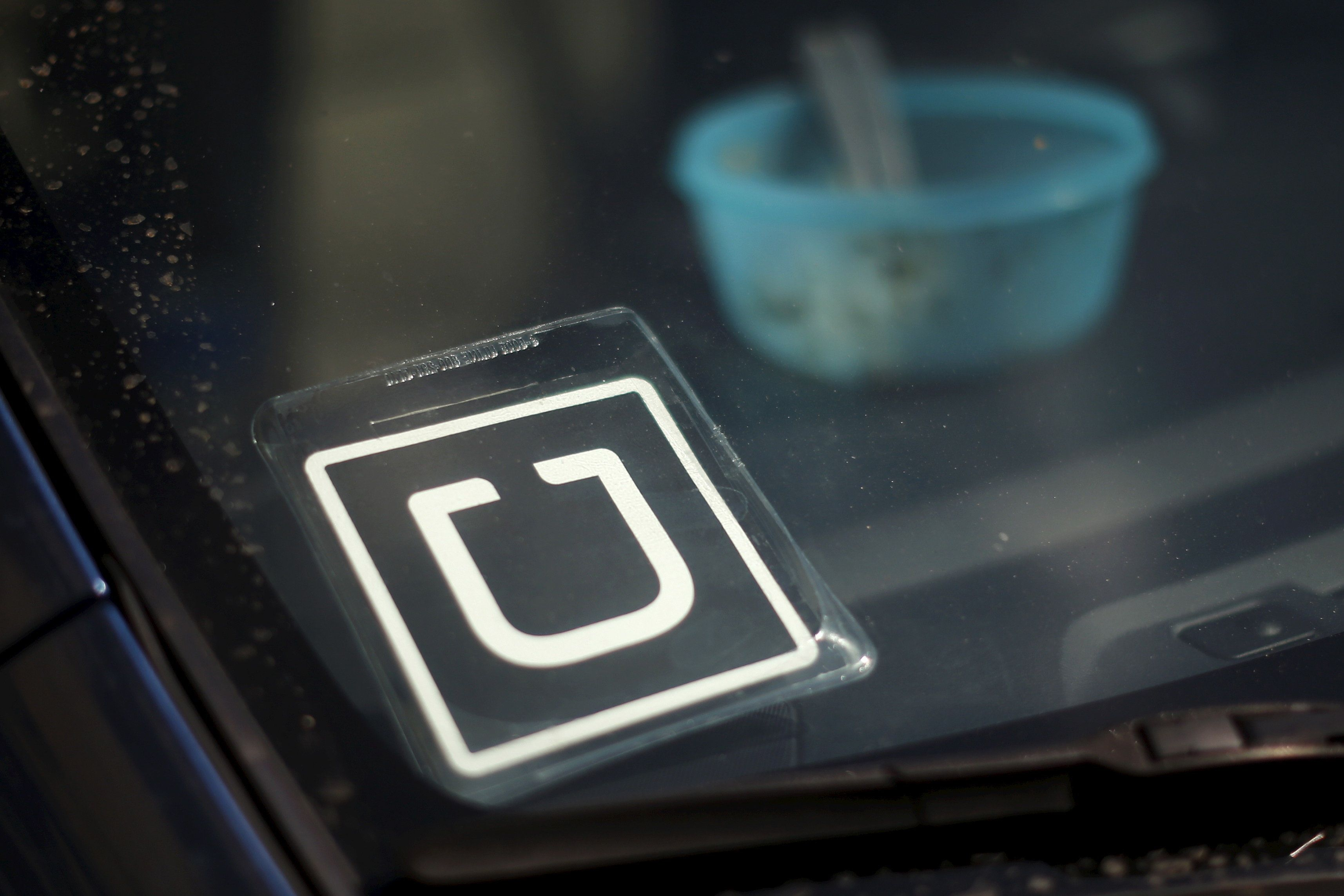 An Uber car is seen parked with the driver's lunch left on the dashboard in Venice, Los Angeles, California, United States July 15, 2015. This logo has been updated and is no longer in use.   REUTERS/Lucy Nicholson