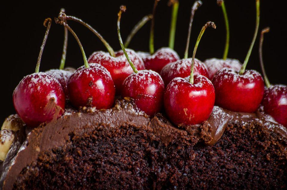 Ζουμερό σοκολατένιο κέικ με νιφάδες