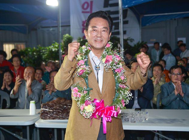 3선에 성공한 무소속 김문오 대구 달성군수 후보가 13일 오후 선거캠프에서 당선이 확실해지자 주먹을 불끈 쥐어보이며 지지자들에게 감사인사를 하고 있다. (김문오 후보 캠프