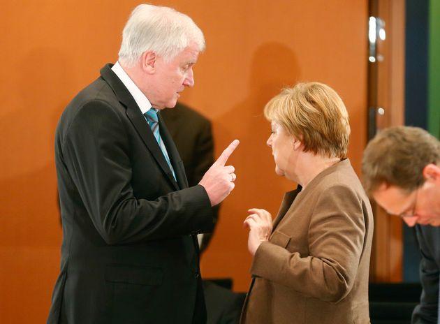 Horst Seehofer und Angela Merkel: In ihrem Streitkönnte es Bewegung