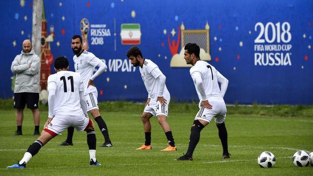 월드컵 첫 경기를 앞두고 이란 선수들이 축구화를 바꾸는