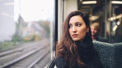 Frau im Zug zeigt, was ihr tun könnt, wenn ihr sexuelle Belästigung seht