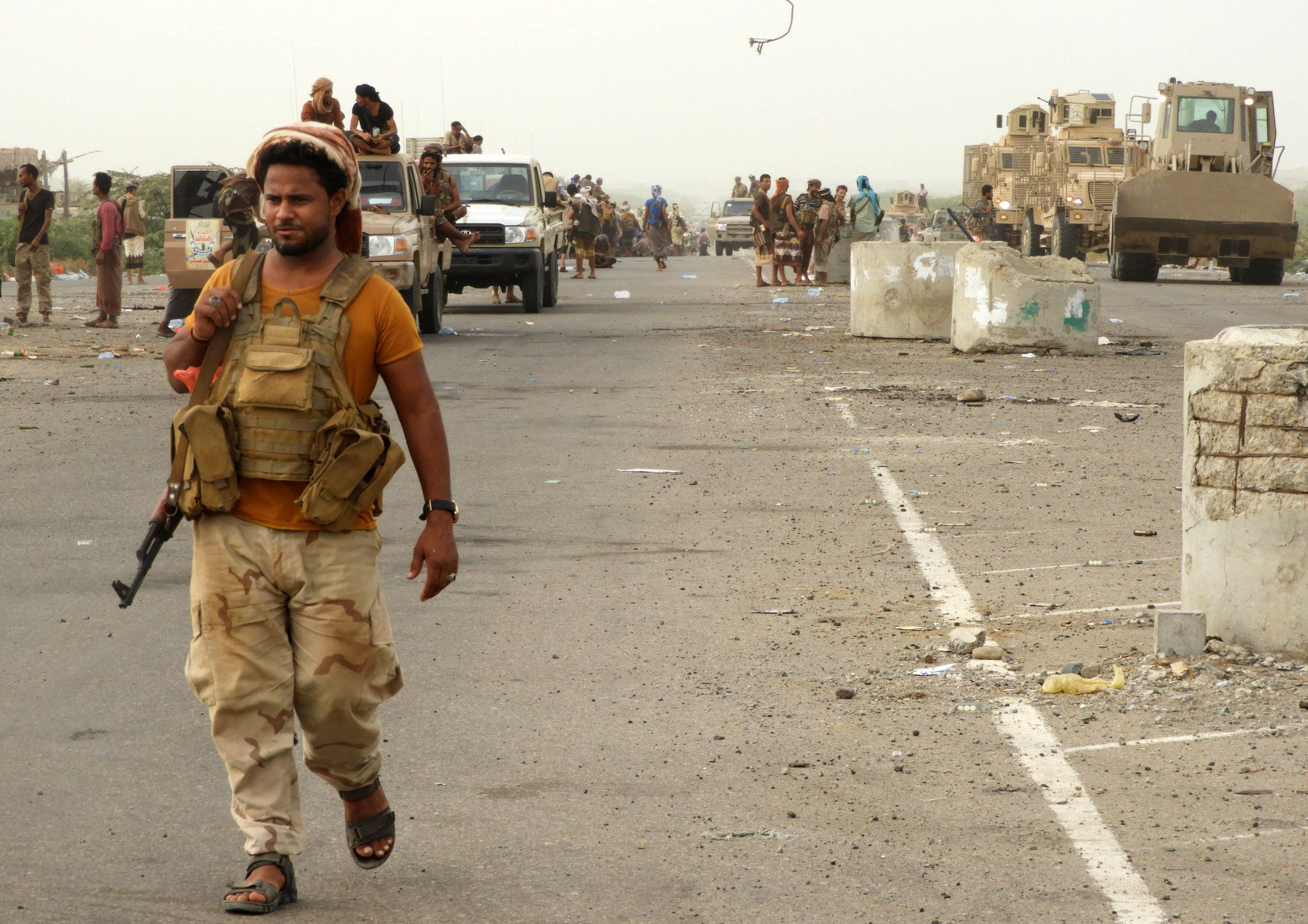 Yemeni pro-government fighters arrive in al-Durayhimi district, about nine kilometres south of Hodeidah international airport on June 13, 2018. - Yemeni forces backed by the Saudi-led coalition launched an offensive on June 13 to retake the rebel-held Red Sea port city of Hodeida, pressing toward the airport south of the city. The port serves as the entry point for 70 percent of the impoverished country's imports as it teeters on the brink of famine. (Photo by NABIL HASSAN / AFP)        (Photo credit should read NABIL HASSAN/AFP/Getty Images)