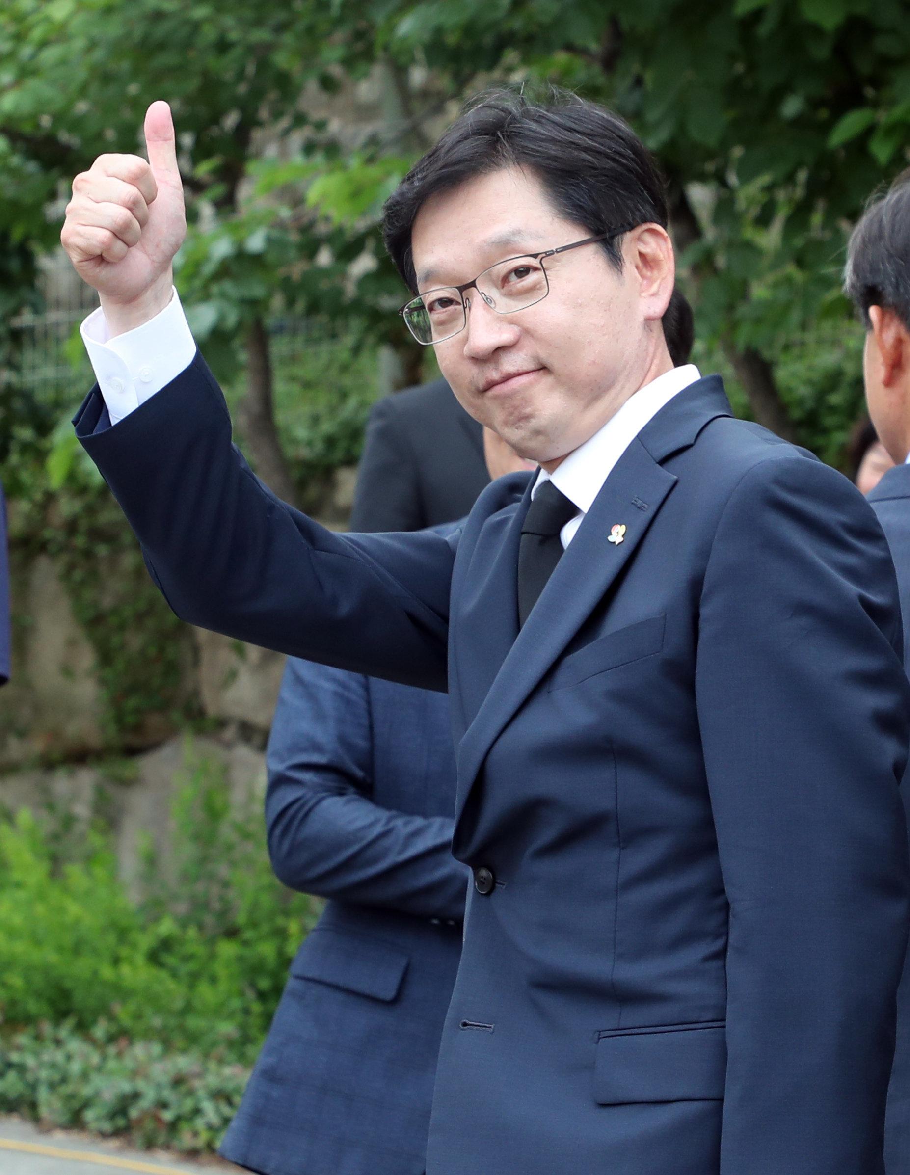 김경수 당선인이 봉하마을을 찾아 큰절을 했다