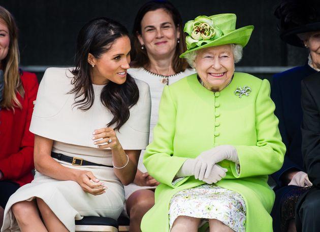 Die Herzogin von Sussex und Queen Elisabeth II plaudern bei ihrem ersten Programmpunkt.