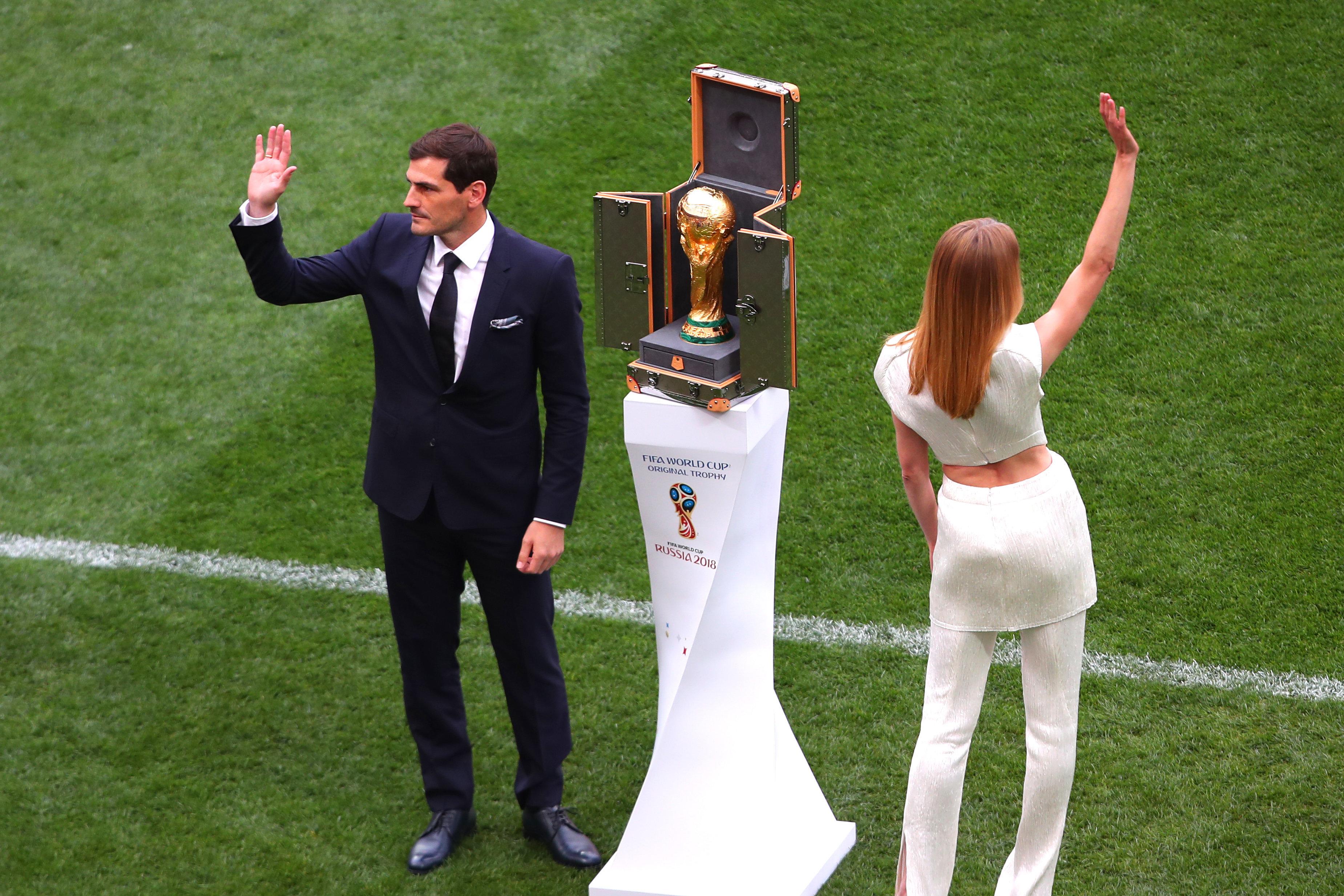 Der spanische Ex-Nationalspieler mit der Weltmeister-Trophäe bei einer Präsentation vor dem...