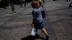 1 στους 2 Έλληνες πιστεύει πως τα χειρότερα