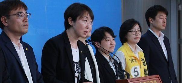 정의당 권수정 서울시의회 비례대표 당선인(왼쪽 두번째)이 14일 국회 정론관에서 열린 기자회견에서 당에 보내준 유권자들의 지지에 감사 인사를 하고