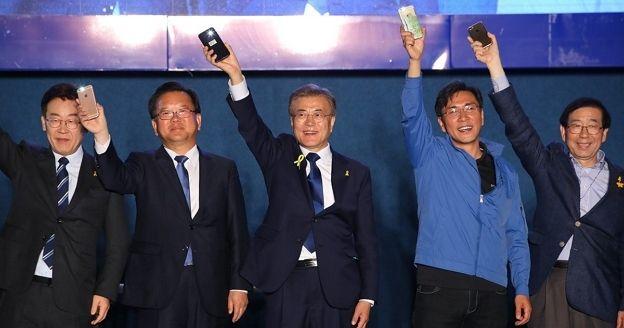 (가운데) 문재인 대통령 당선인과 (왼쪽부터) 이재명, 김부겸, 안희정, 박원순