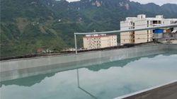 한 중국 남성이 수영하려고 건물 옥상에 물 40톤을