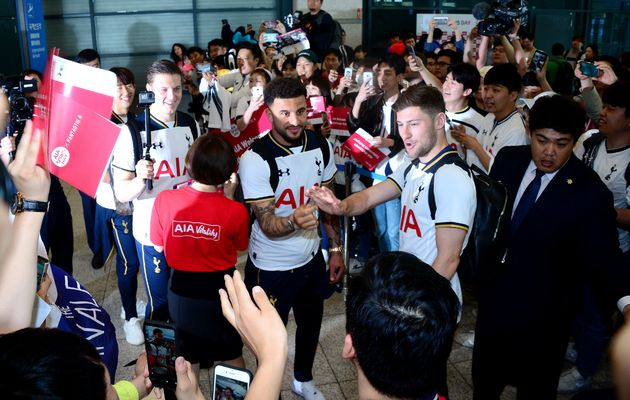 Tottenham players who came through Incheon International Airport greet Korean fans. May 23,