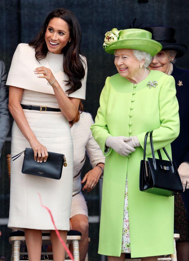 Είναι η Meghan η νέα αγαπημένη της βασίλισσας; Όλο χαμόγελα η Ελισάβετ στην πρώτη κοινή εμφάνιση με τη