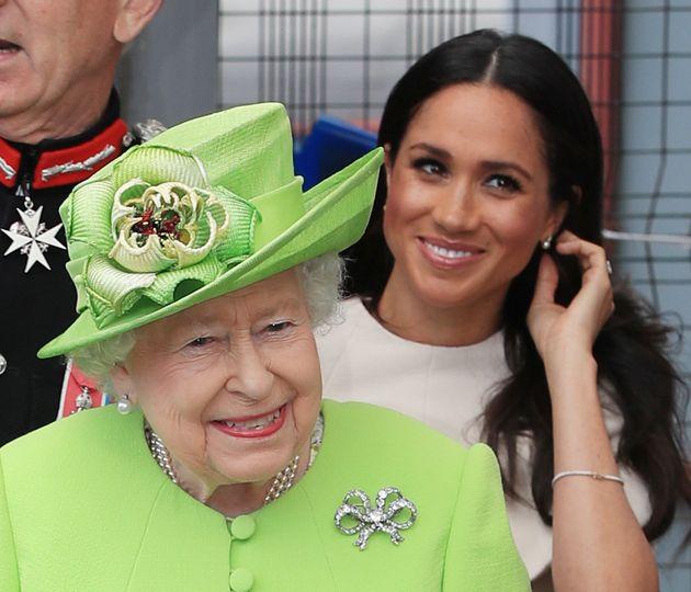 Queen Elisabeth II und Meghan, Herzogin von Sussex, kamen sich bei ihrem ersten öffentlichen Auftritt...