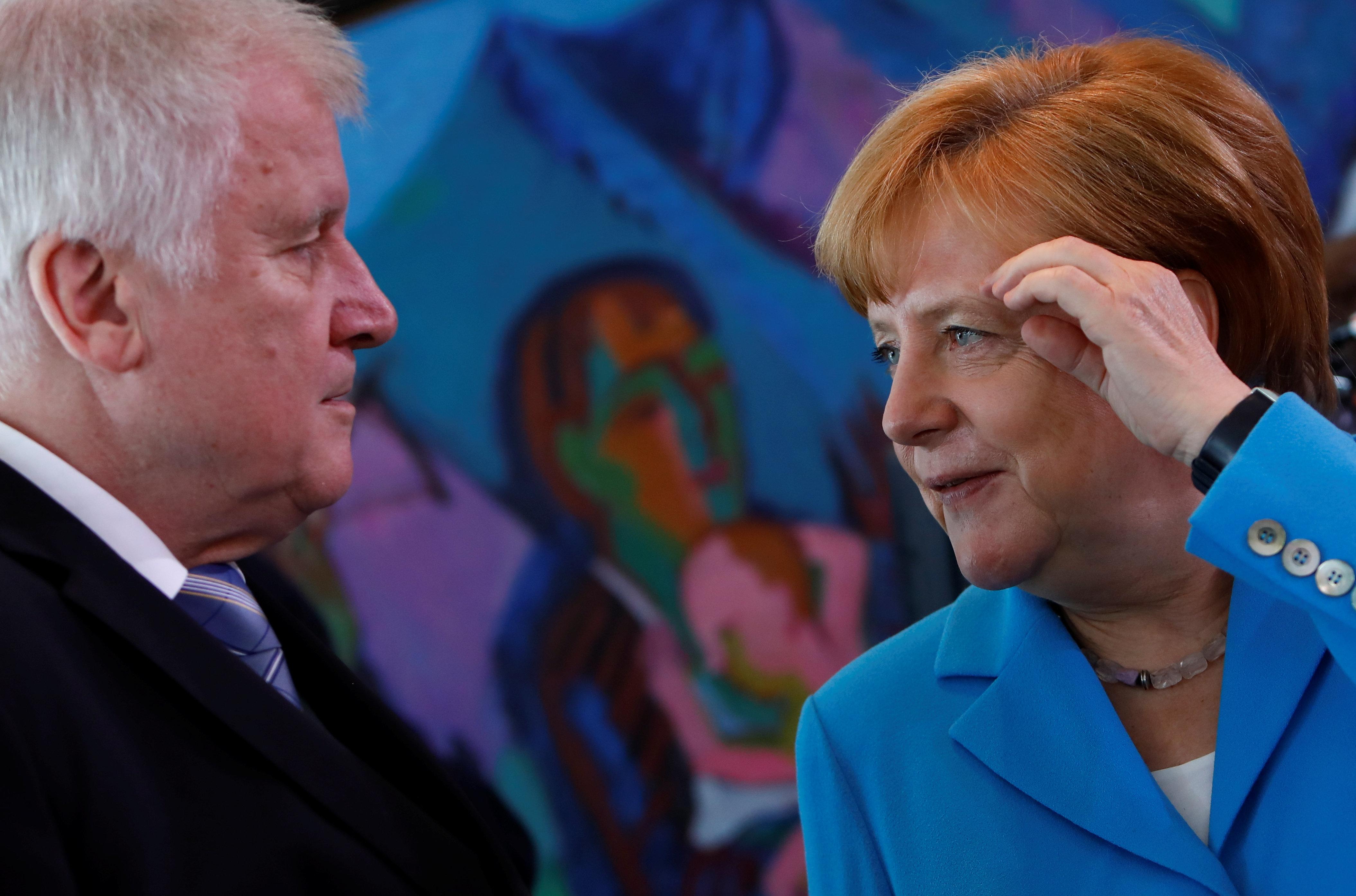 Σοβαρή η ενδοκυβερνητική κρίση για το προσφυγικό στη Γερμανία. Καθαίρεση του επικεφαλής της Υπηρεσίας