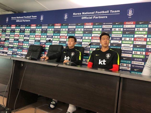 한국 축구대표팀의 중앙 수비수인 장현수(왼쪽)와 김영권이 15일(현지시각) 상트페테르부르크 훈련장에서 기자회견을 하고