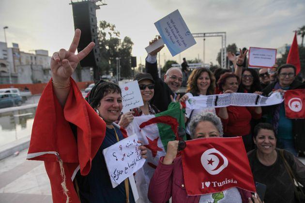 Des femmes brandissent les drapeaux tunisiens et algériens lors d'une manifestation à Tunis...