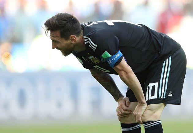 아르헨티나의 리오넬 메시가 16일(현지시각) 러시아 모스크바의 스파르타크 스타디움에서 열린 아이슬란드와의 2018 러시아 월드컵 D조 조별예선 1차전에서 페널티킥 실축 후 아쉬워하고