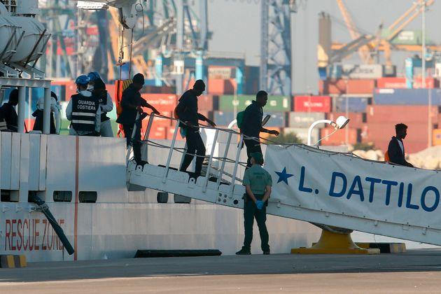 Les premiers migrants de l'Aquarius débarquent au port de Valence, le 17 juin 2018. Ils ont étéacheminés...