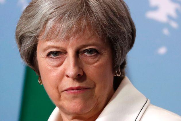 영국 총리가 '여자 치마 속 불법촬영' 처벌법 통과 무산 뒤 한