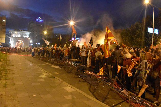 Άγριες συγκρούσεις στα Σκόπια. Πεδίο μάχης γύρω από Βουλή μεταξύ αστυνομίας και διαδηλωτών κατά της