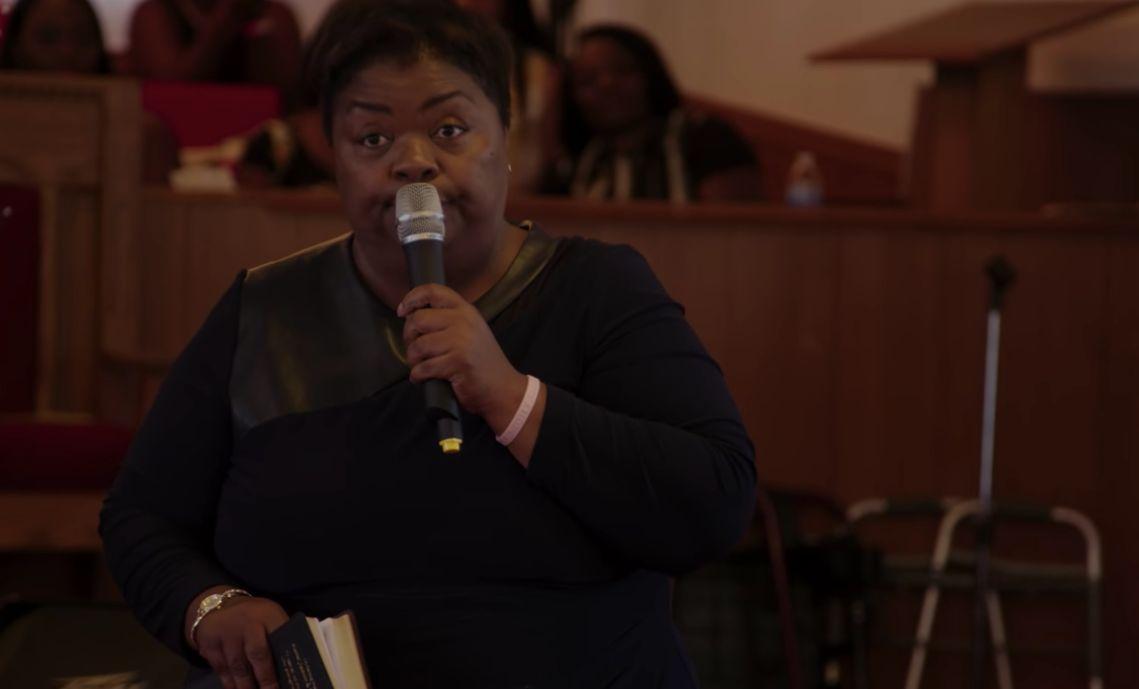 Strenggläubige Frau erfährt, dass ihr Sohn schwul ist – dann tritt sie vor die Kirchengemeinde